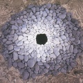 1987-Goldsworthy-Andy-Pebbles-around-a-hole