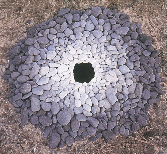 1987-Goldsworthy-Andy-Pebbles-around-a-hole.jpg